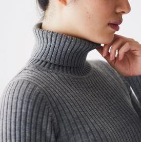 首のチクチクをおさえたセーター